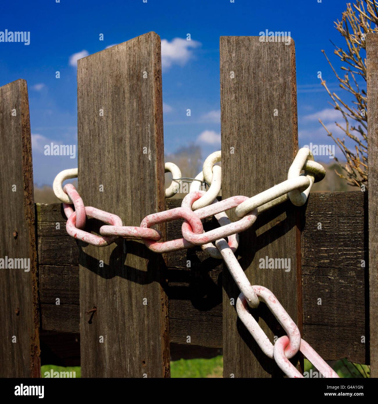 Kette um einen hölzernen Zaun Stockfoto, Bild: 105941605 - Alamy