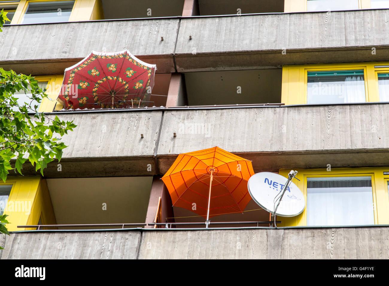 Balkone in einer großen Wohnanlage, Sonnenschirmen, Satellitenantenne, Stockbild