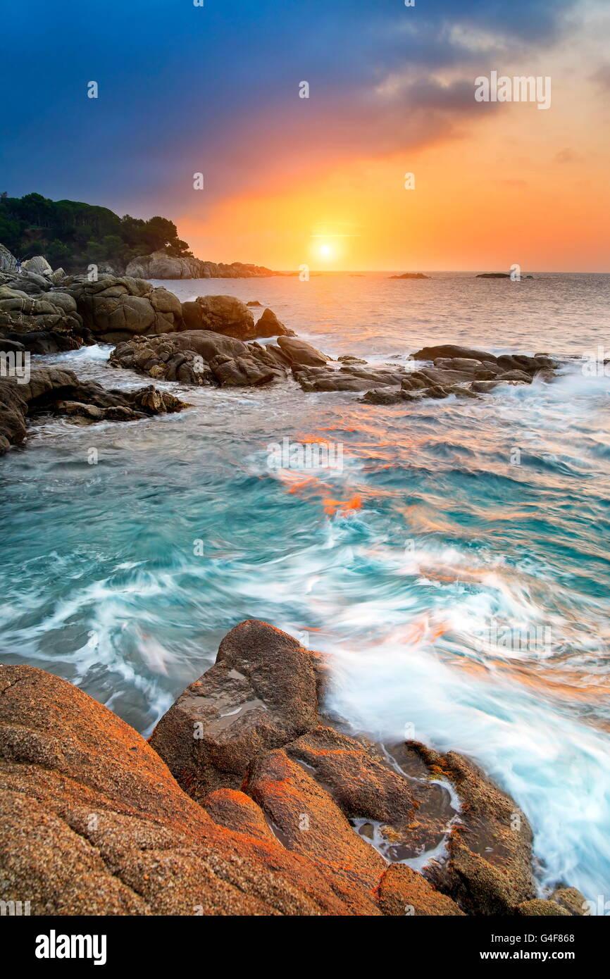 Sonnenaufgang an der Küste der Costa Brava, Spanien Stockbild