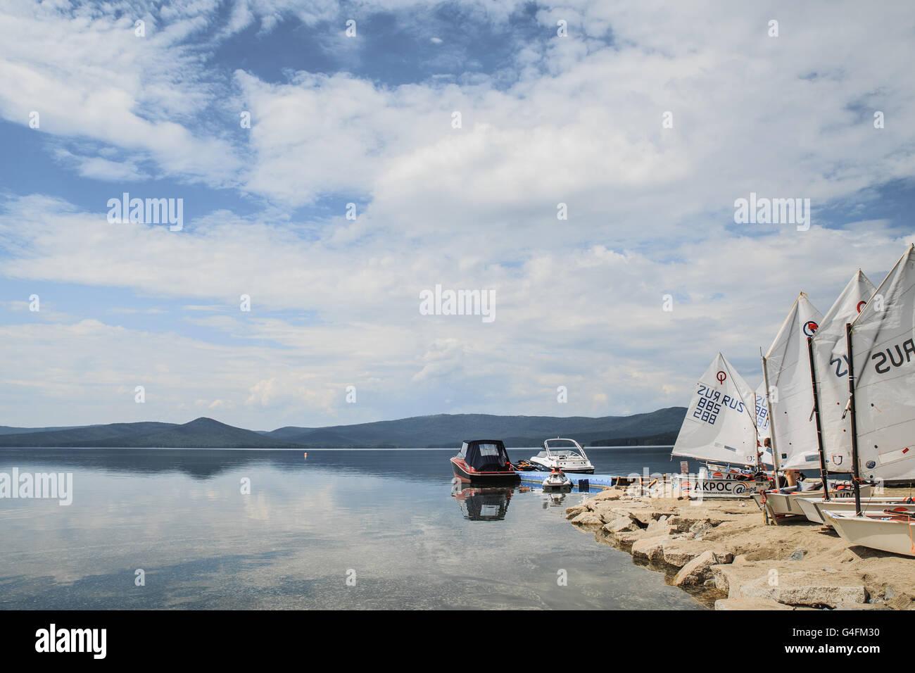Yachten Optimist stehend auf Dock am See Cup Regatta Fjodor Konyukhov Stockbild