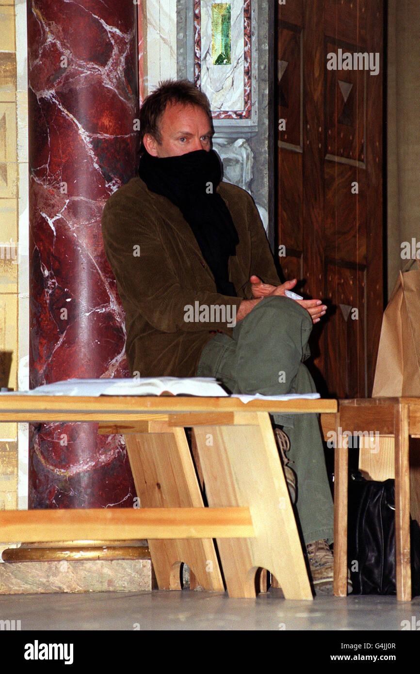 """Musiker Sting im Shakespeare's Globe Theatre in London, während einer Probe für eine Produktion von """"Shi-Wa"""". Die Show, produziert von seiner Frau Trudie Styler, ist für den Tibetan Peace Garden Appeal und ist nur für eine Nacht. Stockfoto"""