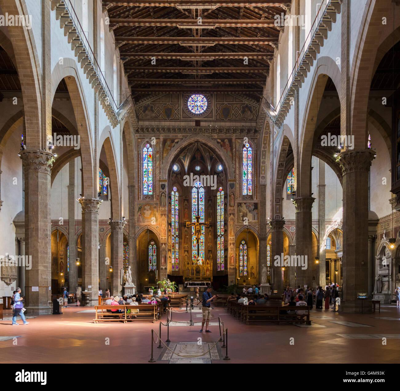 Florenz, Toskana, Italien.  Basilika Santa Croce.  Blick entlang der Länge des Schiffes zum Altar. Stockbild