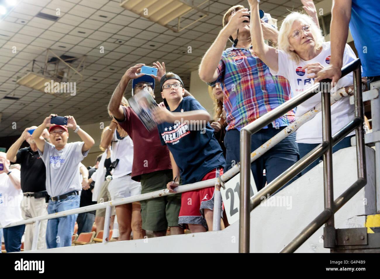 Phoenix, Arizona, USA. 18. Juni 2016. Die Menschenmenge wartete, Trump spricht auf einer Kundgebung der Kampagne Stockfoto
