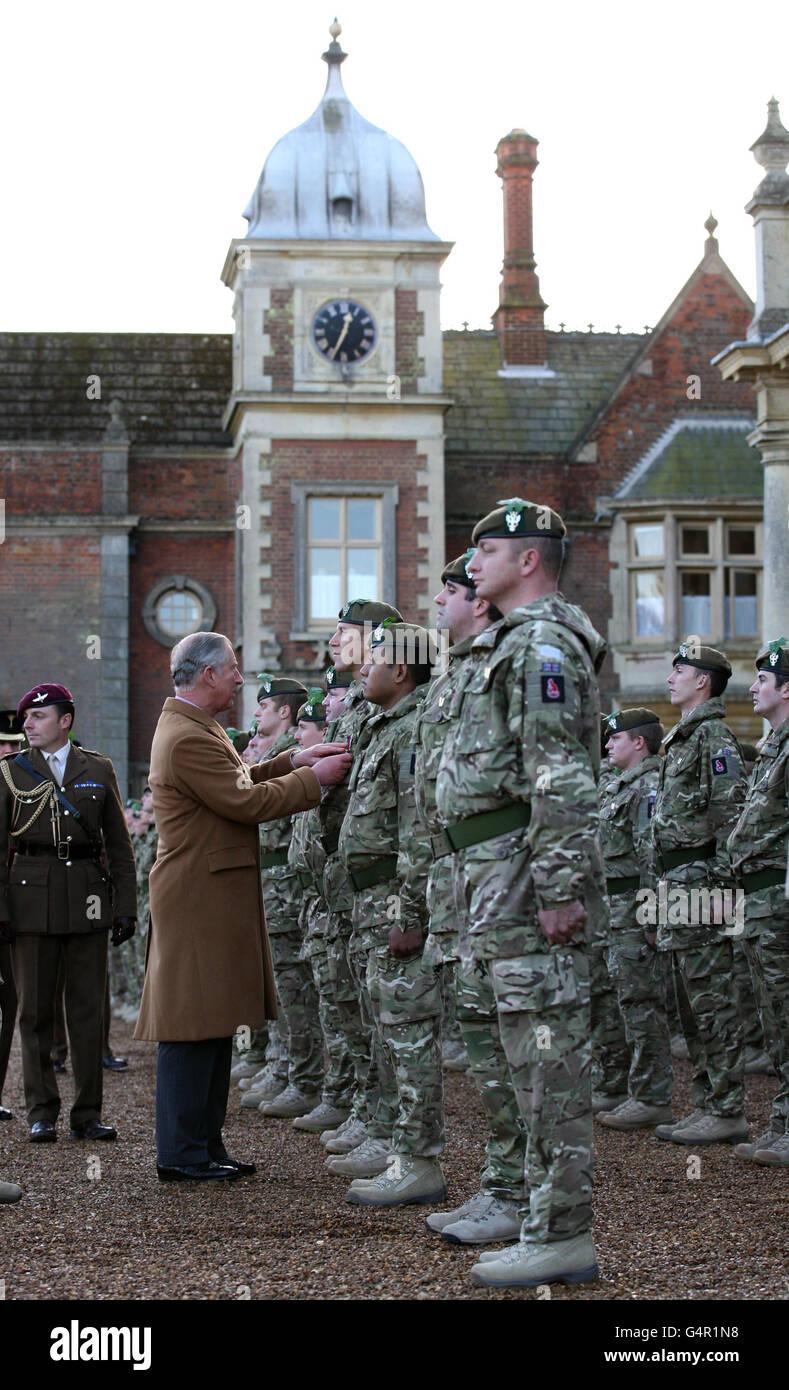 Der Prinz von Wales, Oberst- in- Chief das Mercian Regiment überreicht Feldmedaillen an Militärangehörige und Frauen des 3. Bataillons des Mercian Regiments im Sandringham House, auf dem königlichen Anwesen, in Norfolk. Stockfoto