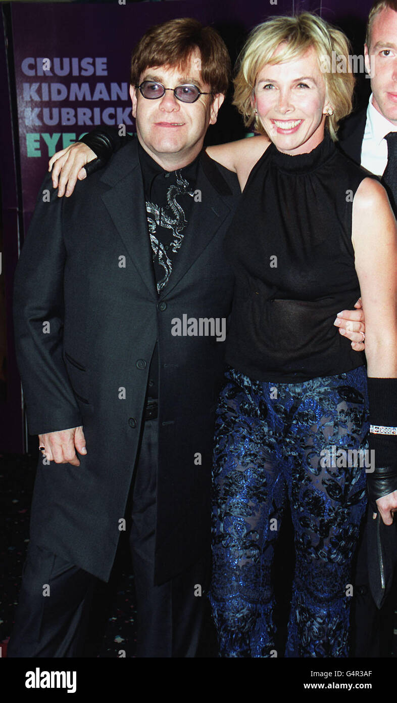 Der Musiker Sir Elton John mit Trudie Styler, der Frau des Sängers Sting, bei der UK-Premiere des Films 'Eyes Wide Shut' des verstorbenen Stanley Kubrick und mit Tom Cruise und Nicole Kidman im Warner Village Cinema, Leicester Square in London. Stockfoto