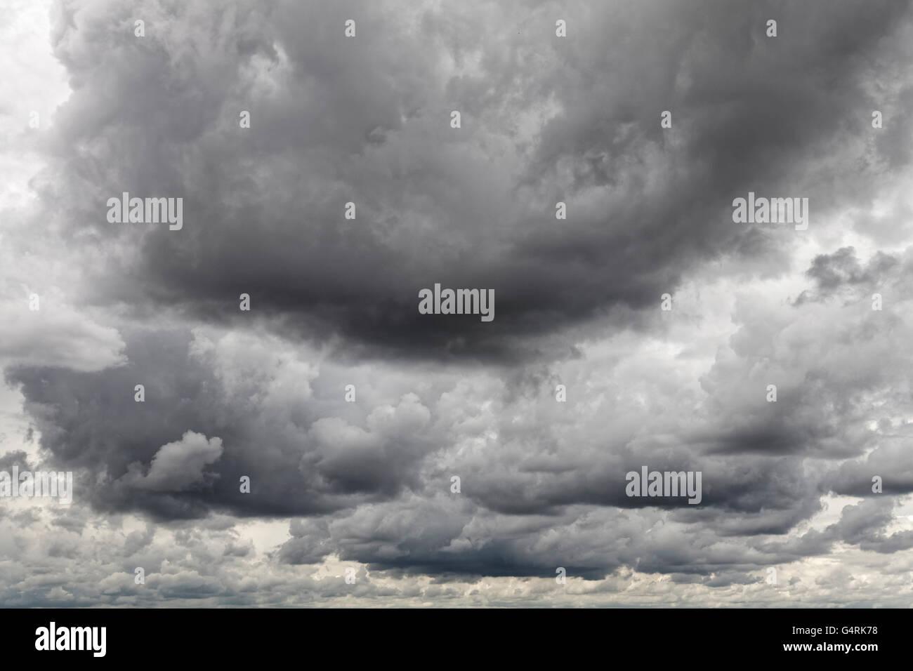 Dramatischer Wolkenhimmel mit schweren Regenwolken, Wolken am Himmel, Nürnberg, Bayern, Deutschland Stockfoto