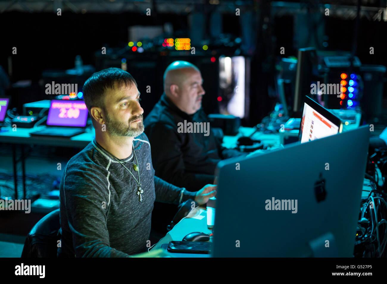 Detroit, Michigan - Arbeiter betreiben Audio- und visuelle Ausrüstung hinter den Kulissen auf dem Jahreskongress Stockbild