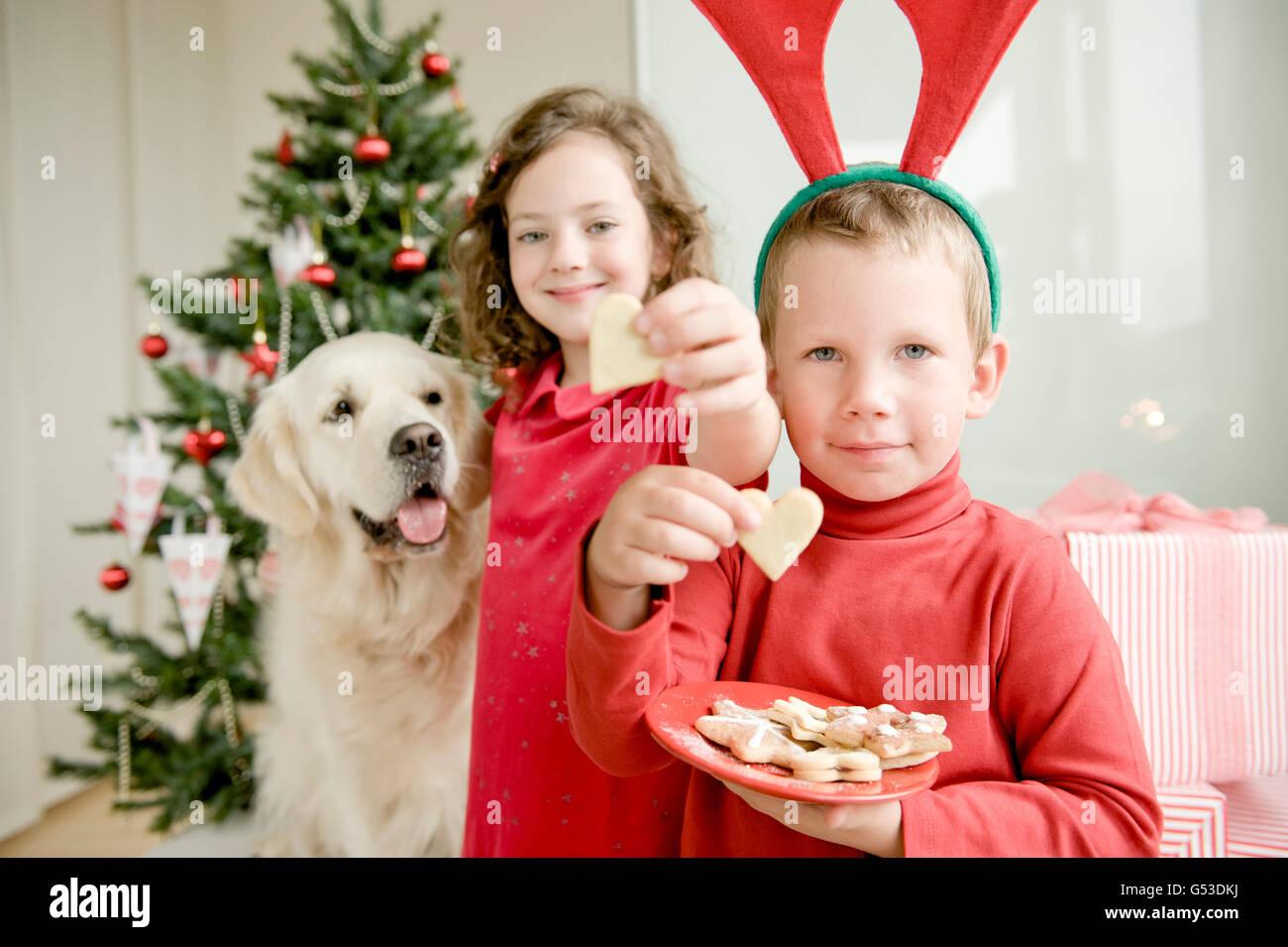 Ein Mädchen und einen jungen Elch Geweih Essen Weihnachtsplätzchen ...