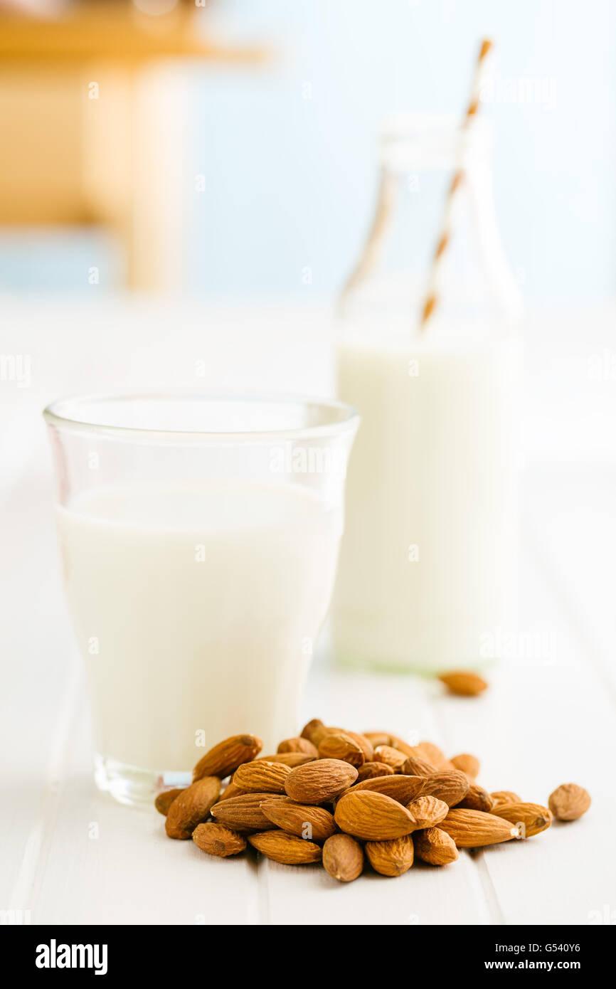 Mandelmilch und Mandeln. Leckere Milch im Glas. Stockbild