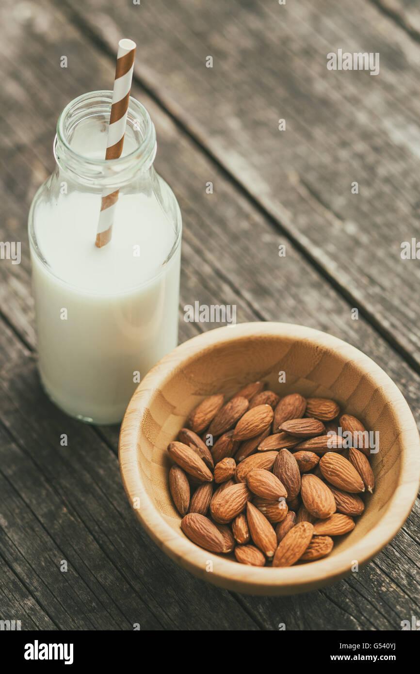 Mandelmilch und Mandeln. Leckere Milch in Glasflaschen. Stockbild