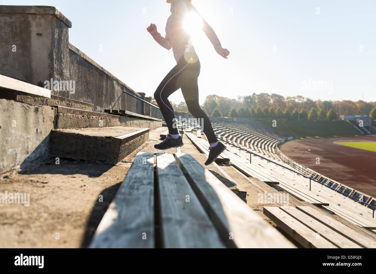 Nahaufnahme von Frau läuft im Obergeschoss am Stadion Stockbild