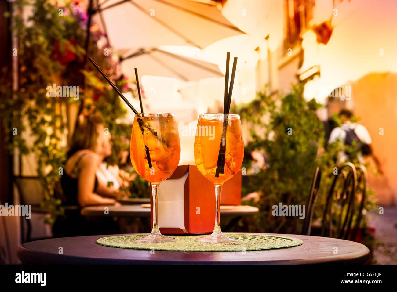 Aperol Spritz-Cocktail. Alkoholisches Getränk, basierend auf Tabelle mit Eiswürfeln und Orangen. Stockbild
