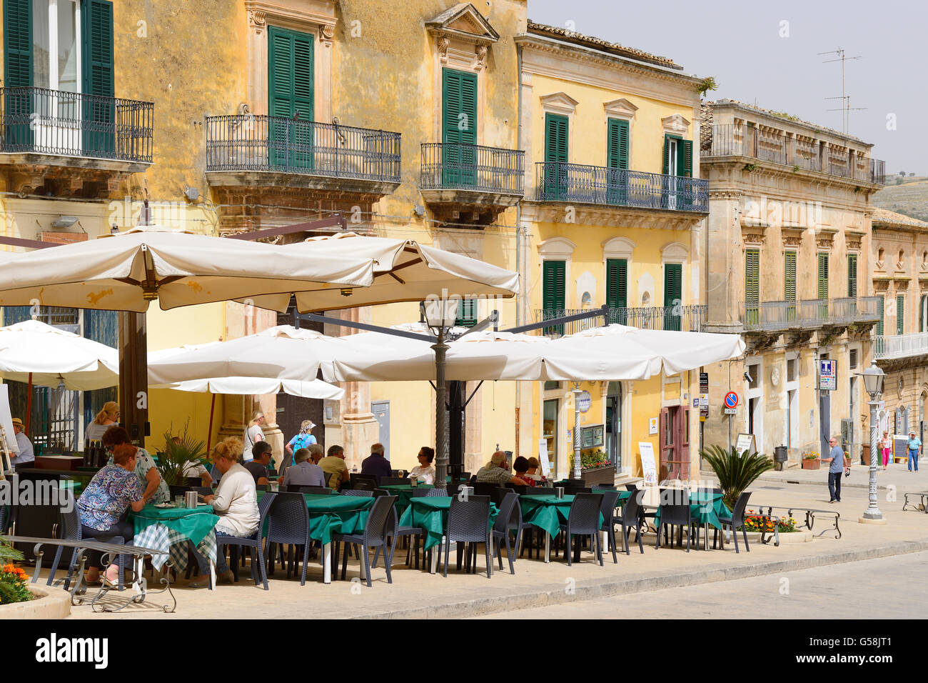Straßencafés in Piazza Duomo in Ragusa Ibla, Sizilien, Italien Stockbild