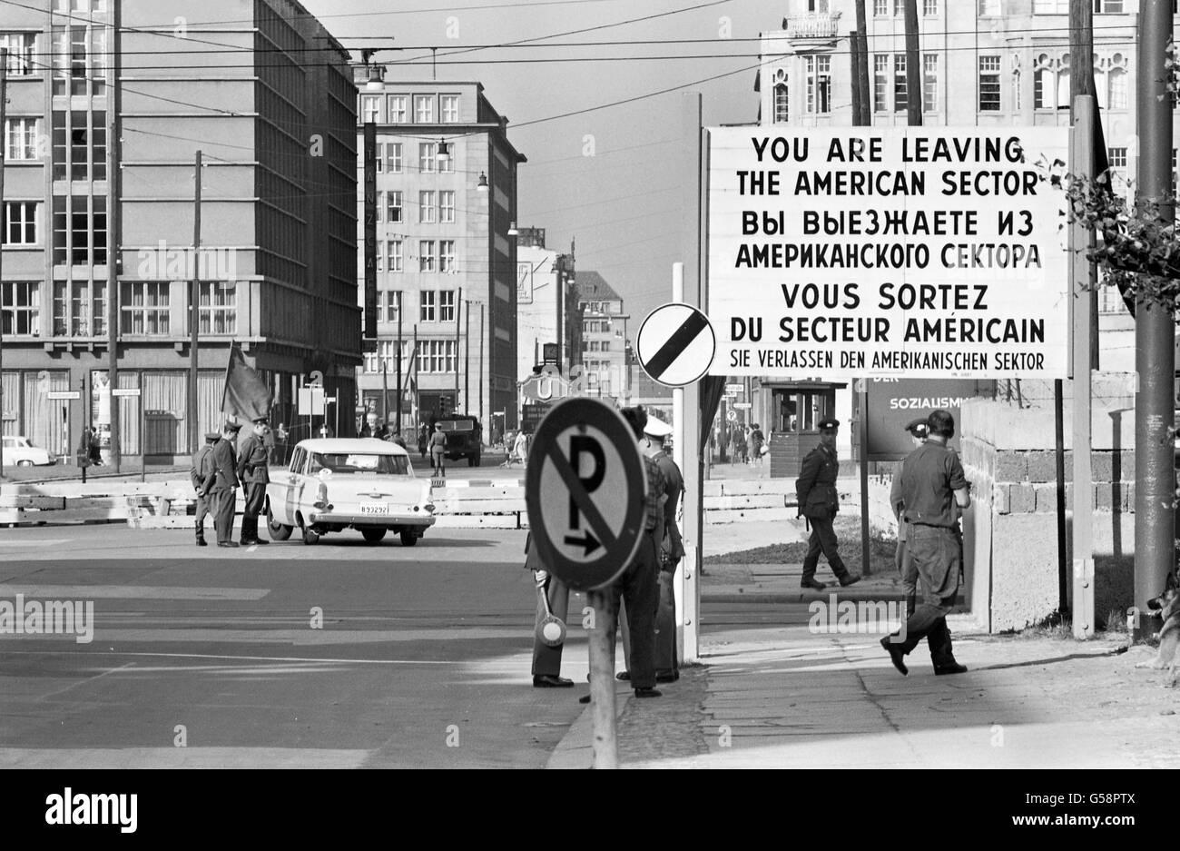 Berlin. Checkpoint in West-Berlin zwischen dem amerikanischen und sowjetischen Sektor, Oktober 1961. Stockfoto