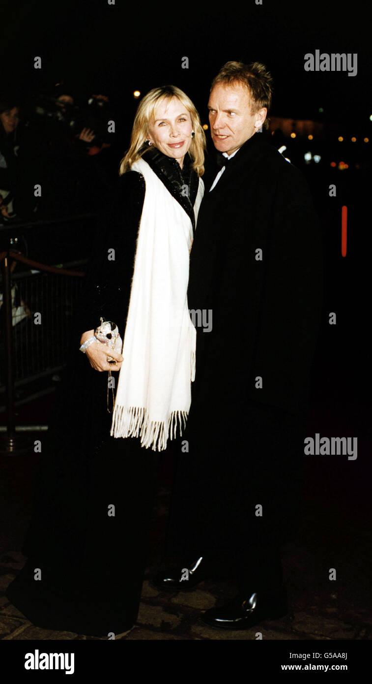 Rockstar Sting und seine Frau Trudie Styler kommen zu einer glitzernden Dinner-Party, die der Prinz von Wales geworfen hat. Die private Party im St. James's Palace anlässlich des 25. Jahrestages des Prince's Trust war für Stars gedacht, die die Wohltätigkeitsorganisation unterstützt haben. Stockfoto