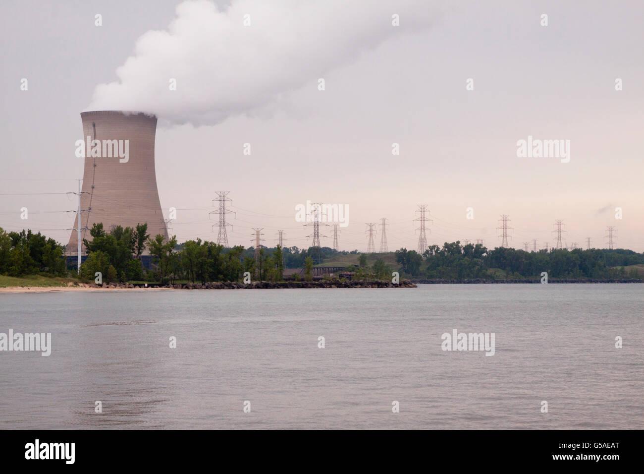 Schornstein des Kernkraftwerks mit Stromleitungen Stockbild