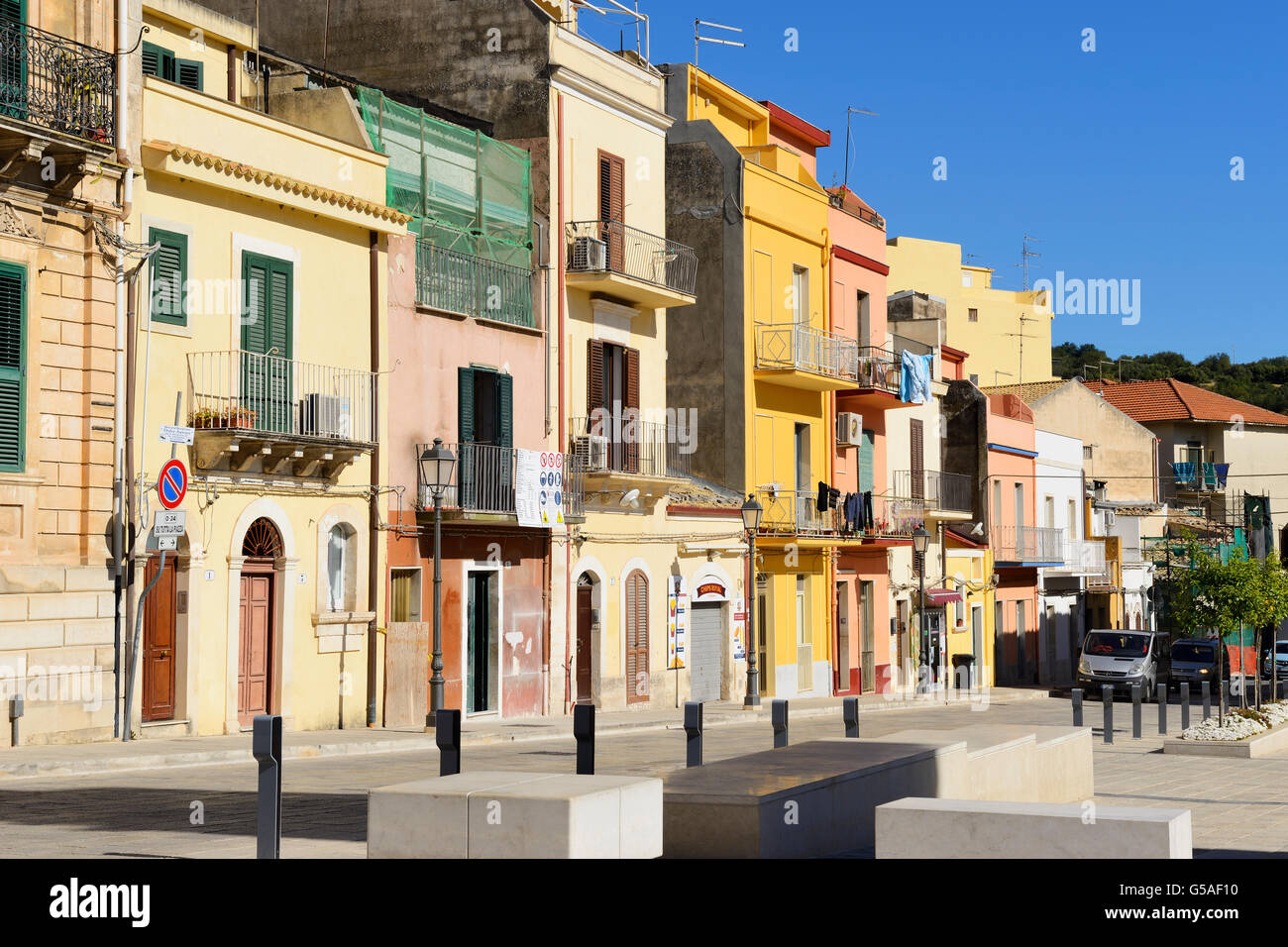Farbenfrohe Gebäude in Via Giardino in Ragusa Ibla, Sizilien, Italien Stockbild