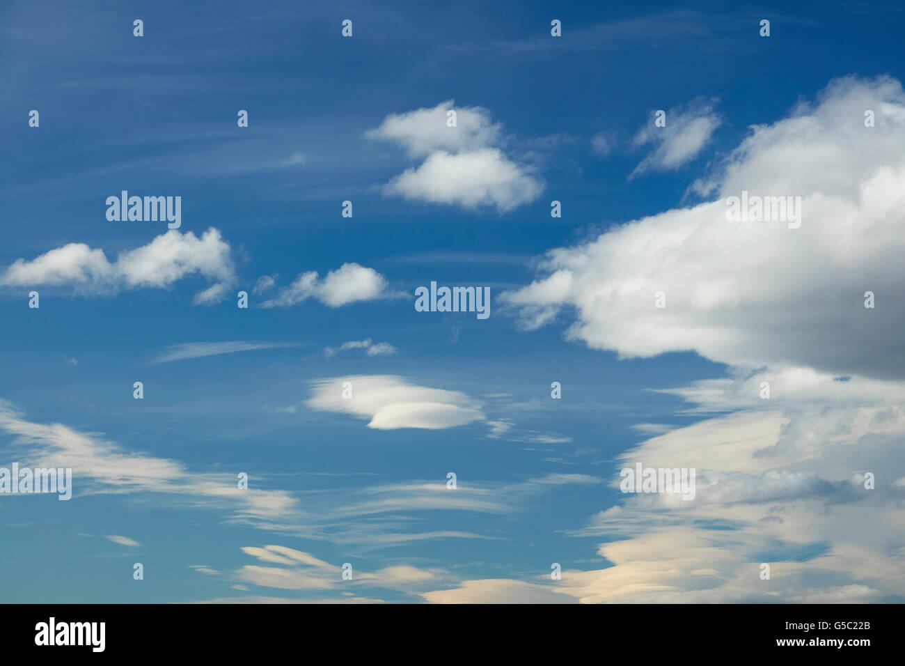 Blauer Himmel und Wolken, Central Otago, Südinsel, Neuseeland Stockbild