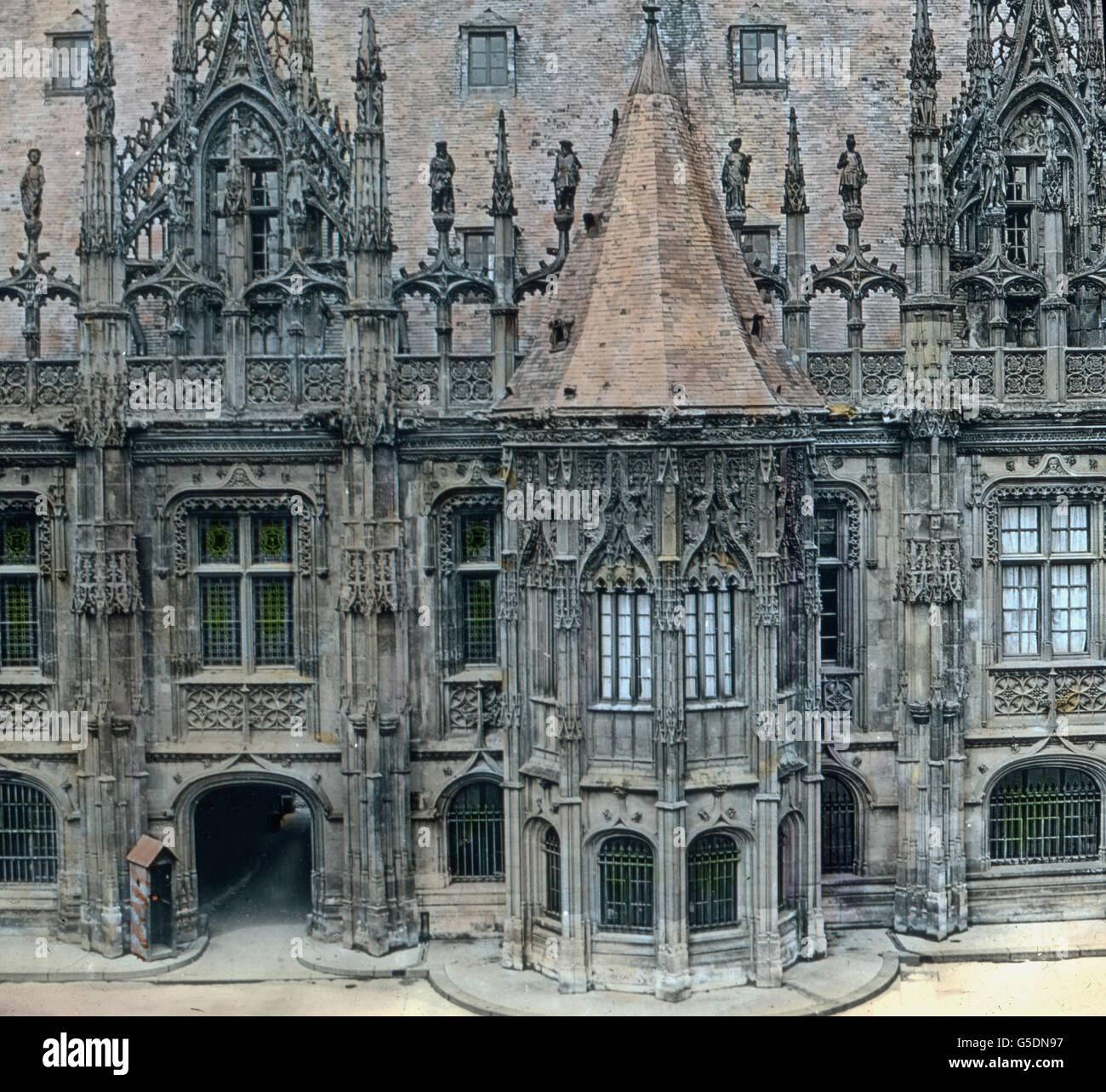 detail der fassade bin justizpalast in rouen im norden frankreichs frankreich rouen seine. Black Bedroom Furniture Sets. Home Design Ideas