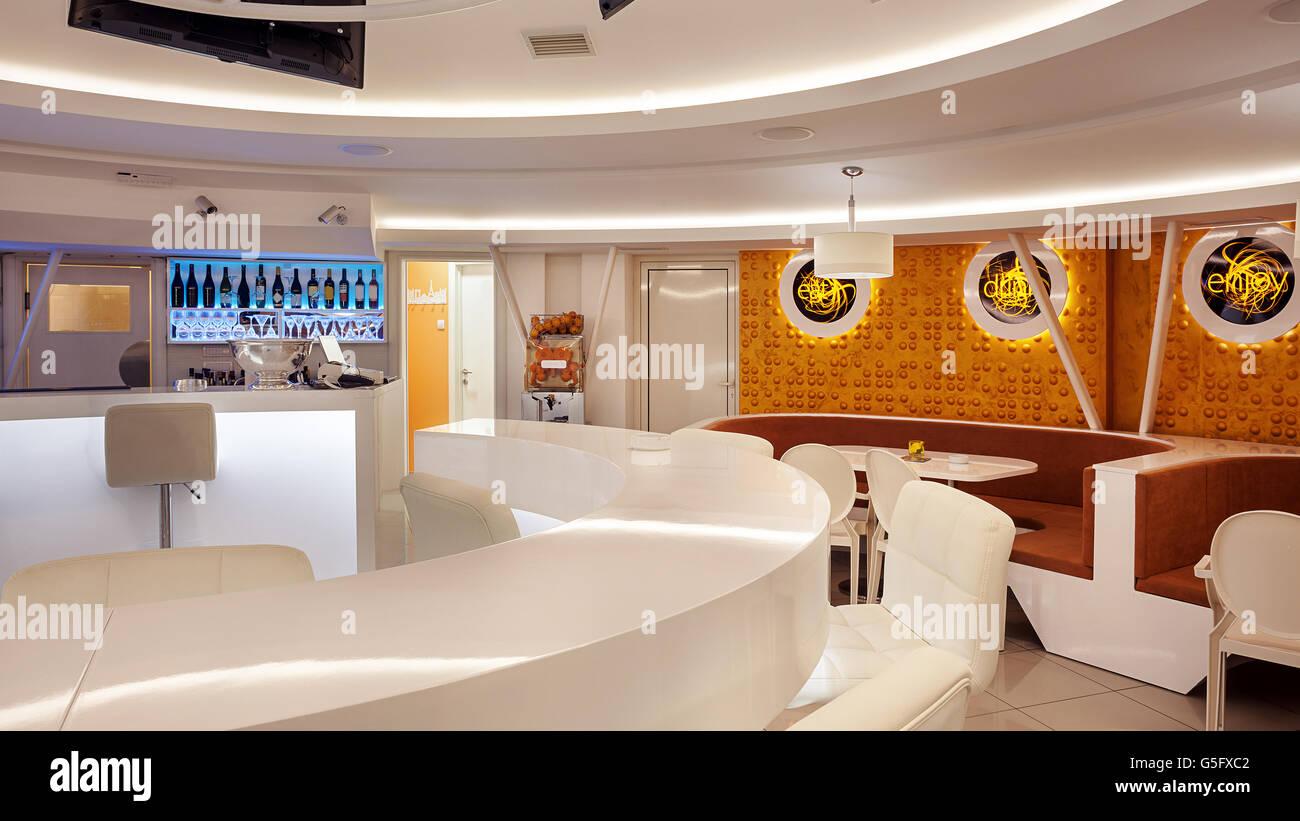 Interieur eines modernen Café Bar, weiße futuristische Möbel mit ...