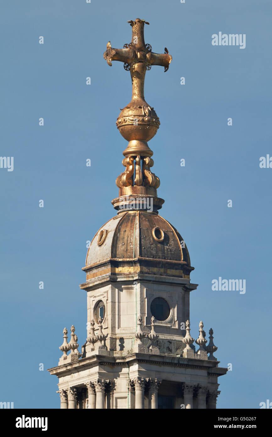 St. Pauls Cathedral, London, England. Von Sir Christopher Wren, 1675-1710: Kugel und Kreuz an der Spitze der Kuppel. Stockbild