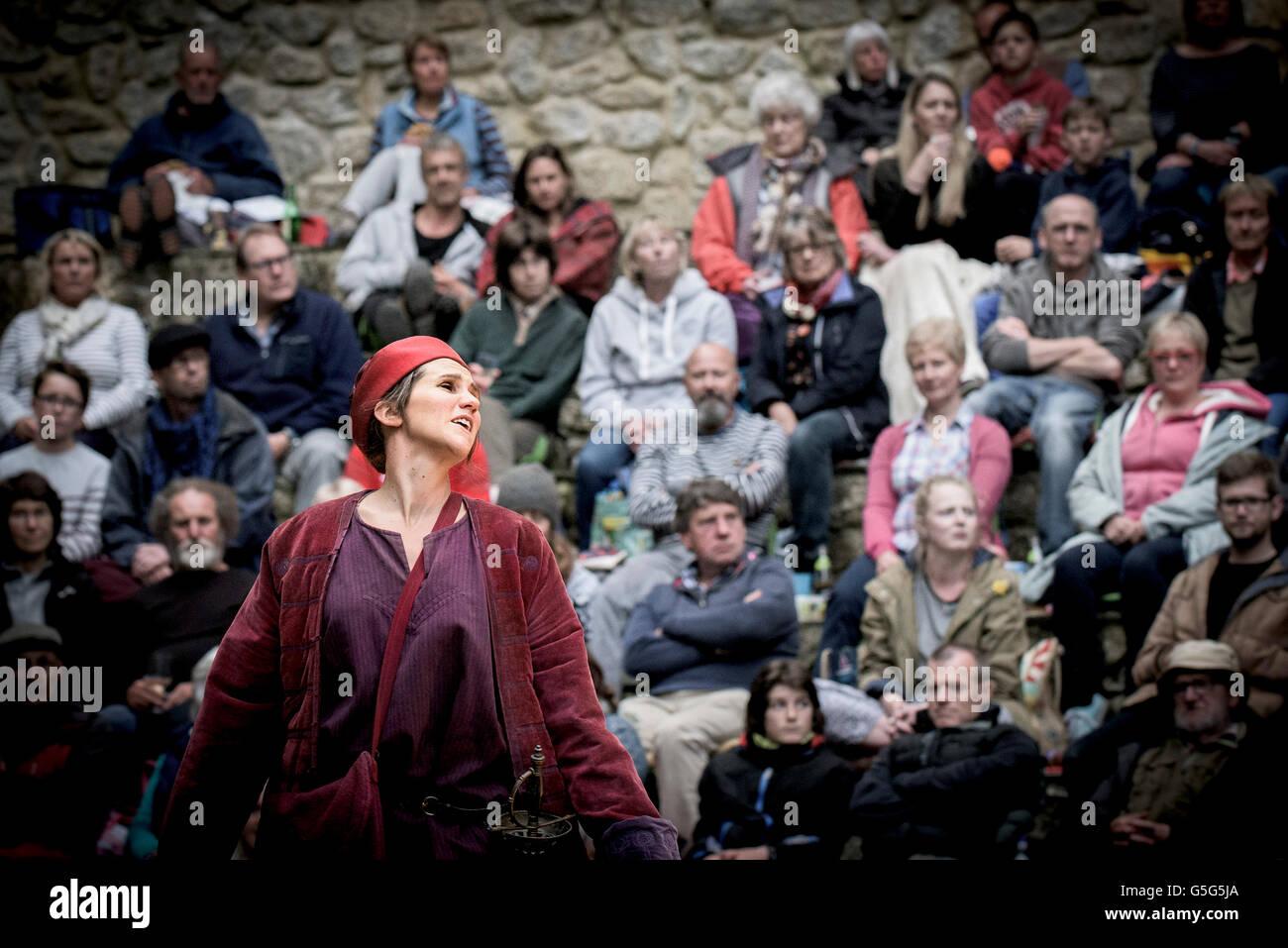 Wunder-Theater des Lebens ein Traum Akteure handeln Trebah Gärten Amphitheater Cornwall durchführen. Stockbild