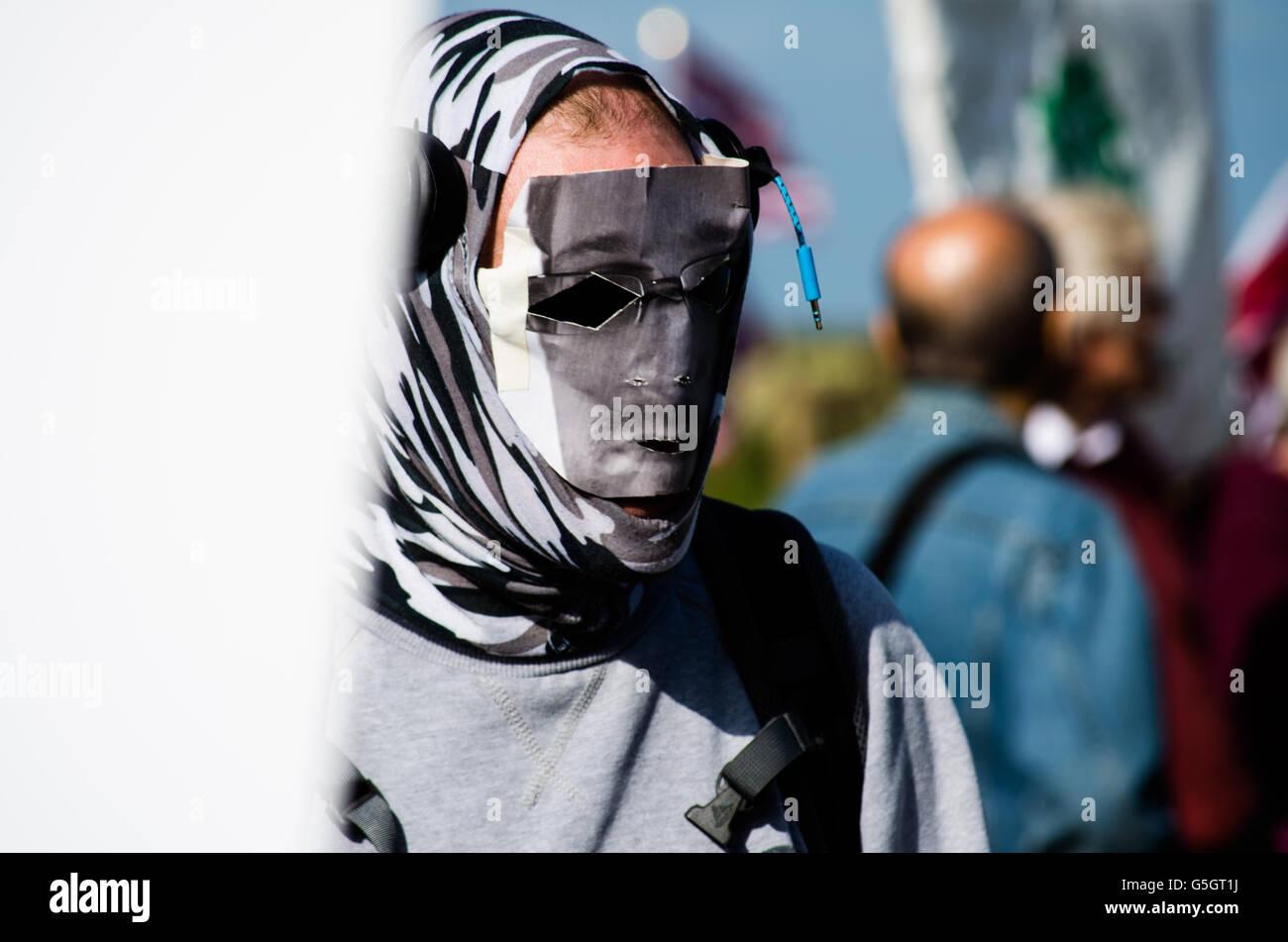Maskierte Demonstranten mit Edward Snowden Maske Stockbild