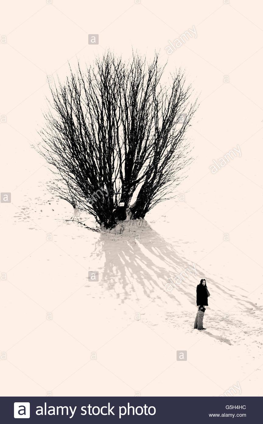 Mädchen in einer verschneiten Naturerlebnisse Stockfoto