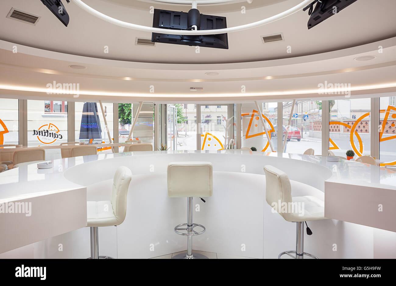 Interieur eines modernen Café Bar, weiße futuristische Möbel ...