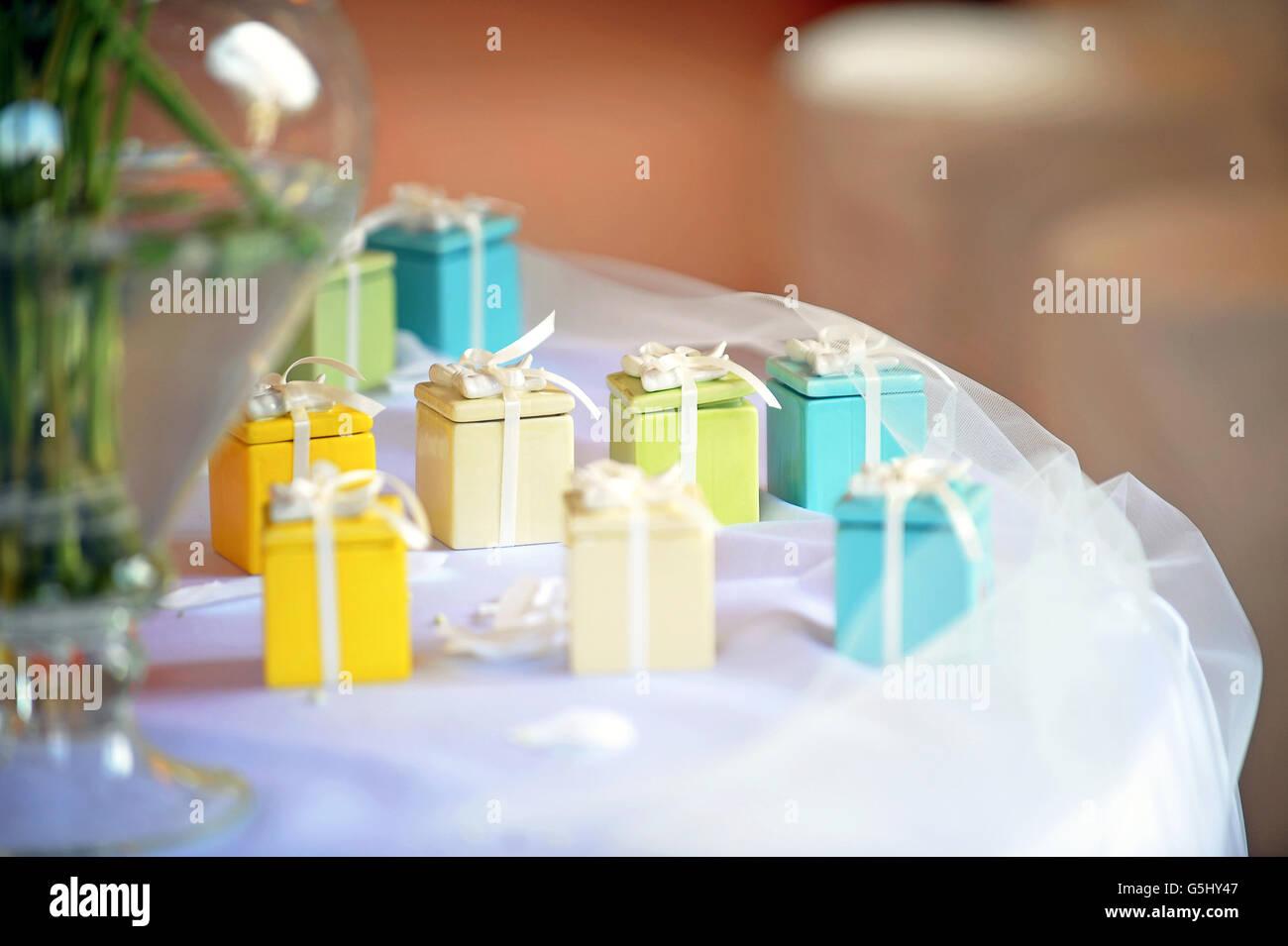 Leuchtend bunte kleine Mitbringsel in Form von dekorativen Geschenkboxen Stockbild