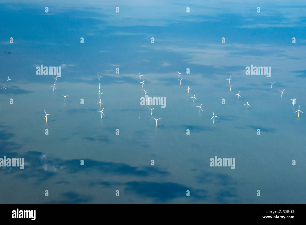 Horizontale Luftaufnahme eines Windparks auf der nördlichen Küste von Kent, Großbritannien Stockbild