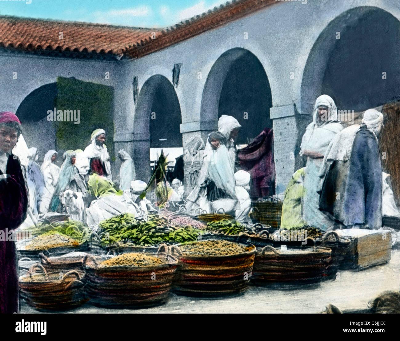 Menschen Kaufen Ein Auf Dem Markt in der Oase Biskra in Tunesien, ca. 1920er Jahre. Menschen, die auf dem Markt Stockbild