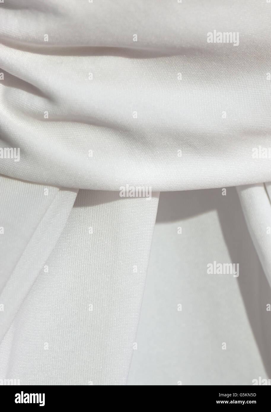Detail von einem drapierten weißen Tischdecke Stockbild