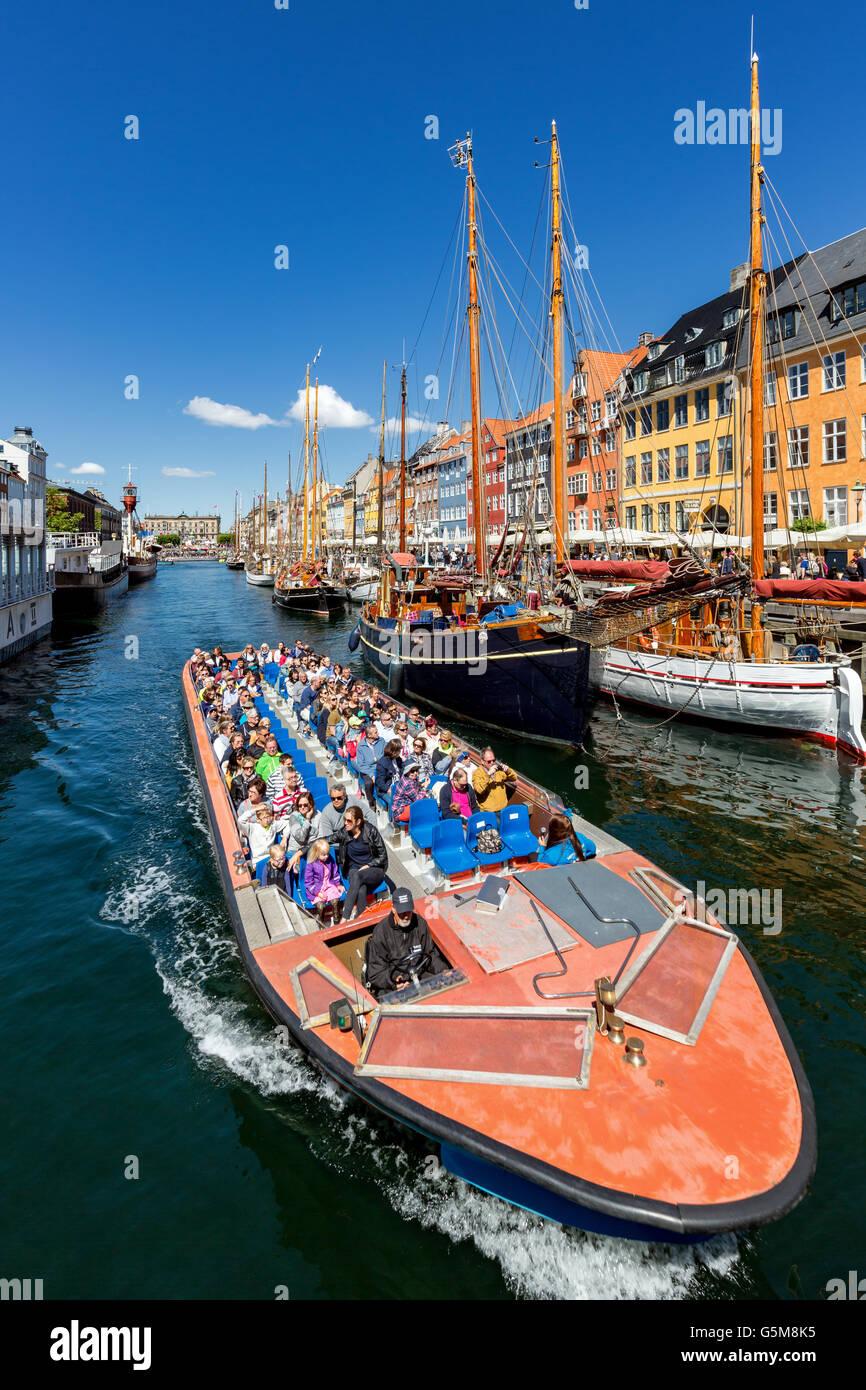 Ausflugsschiff, Nyhavn Kanal, Kopenhagen, Dänemark Stockbild