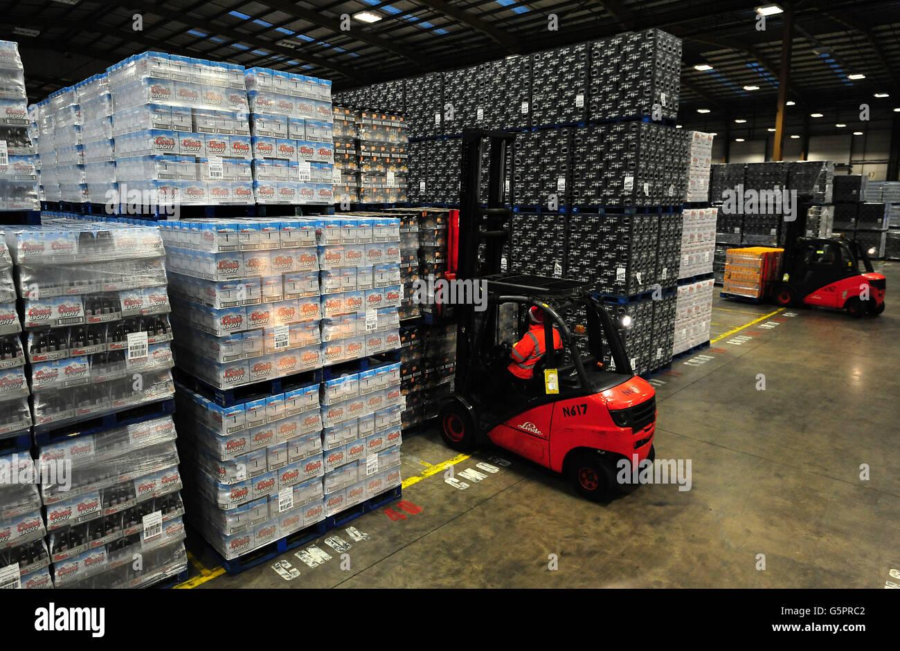 Bierkisten im nationalen Vertriebszentrum von Molson Coors in Burton-on-Trent, Staffordshire. Stockfoto
