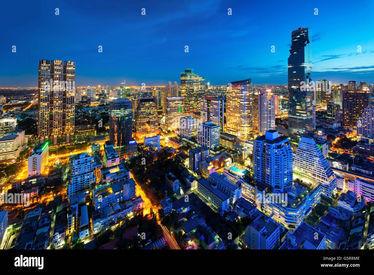Stadtbild Bangkok in Thailand. Bangkok-Nachtansicht im Geschäftsviertel, Thailand. Bangkok-Wolkenkratzer. Bangkok Stockbild