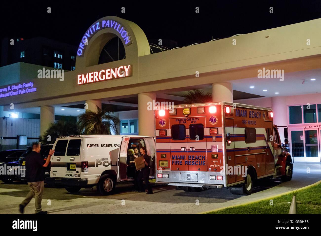 Miami Florida Beach Berg Mt. Sinai Medical Center center emergency Eingang Nacht Krankenwagen Tatort Fahrzeug Stockbild