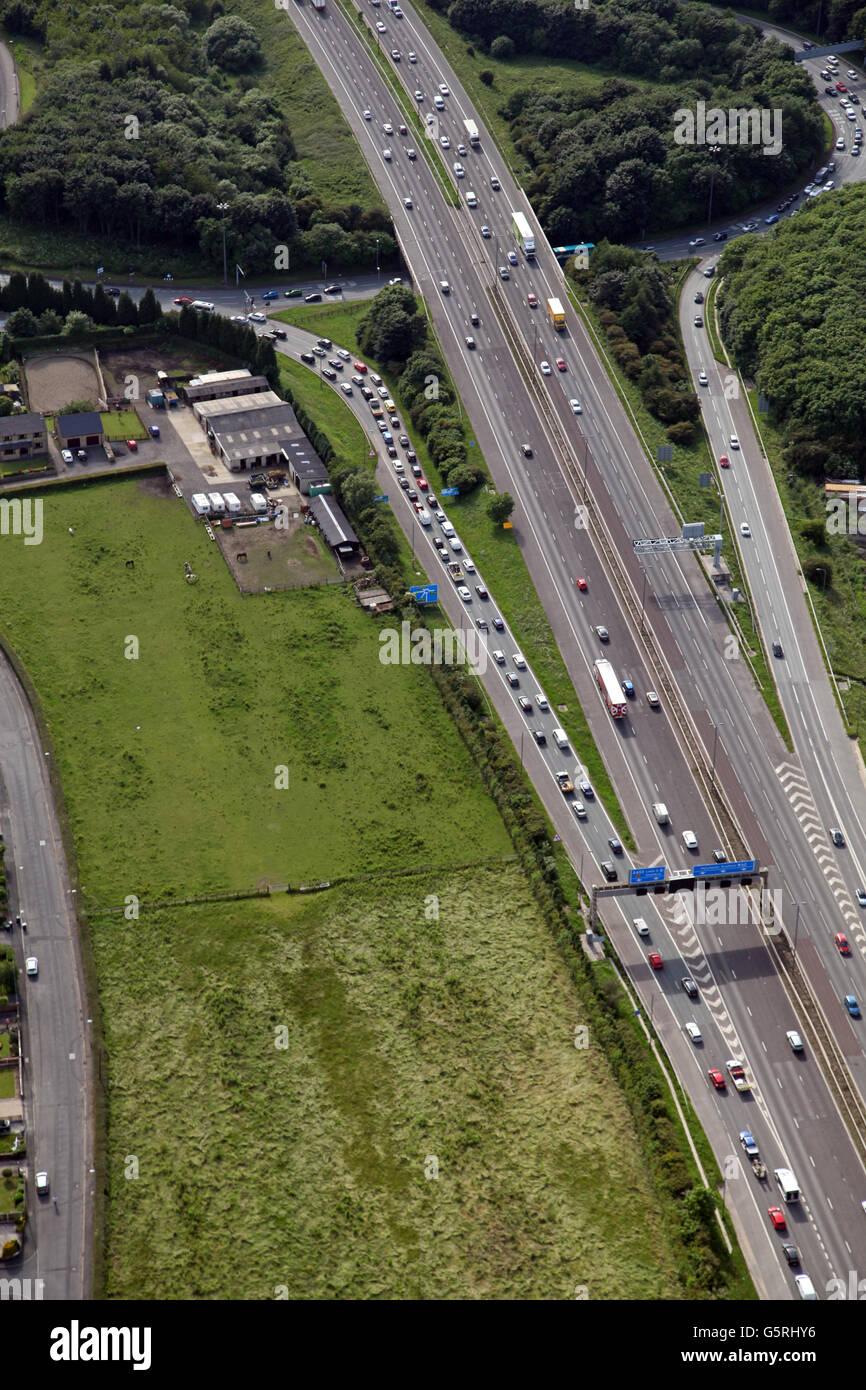 Luftaufnahme des Verkehrs auf einer Ausfahrt der Autobahn M62, West Yorkshire, Großbritannien Stockbild