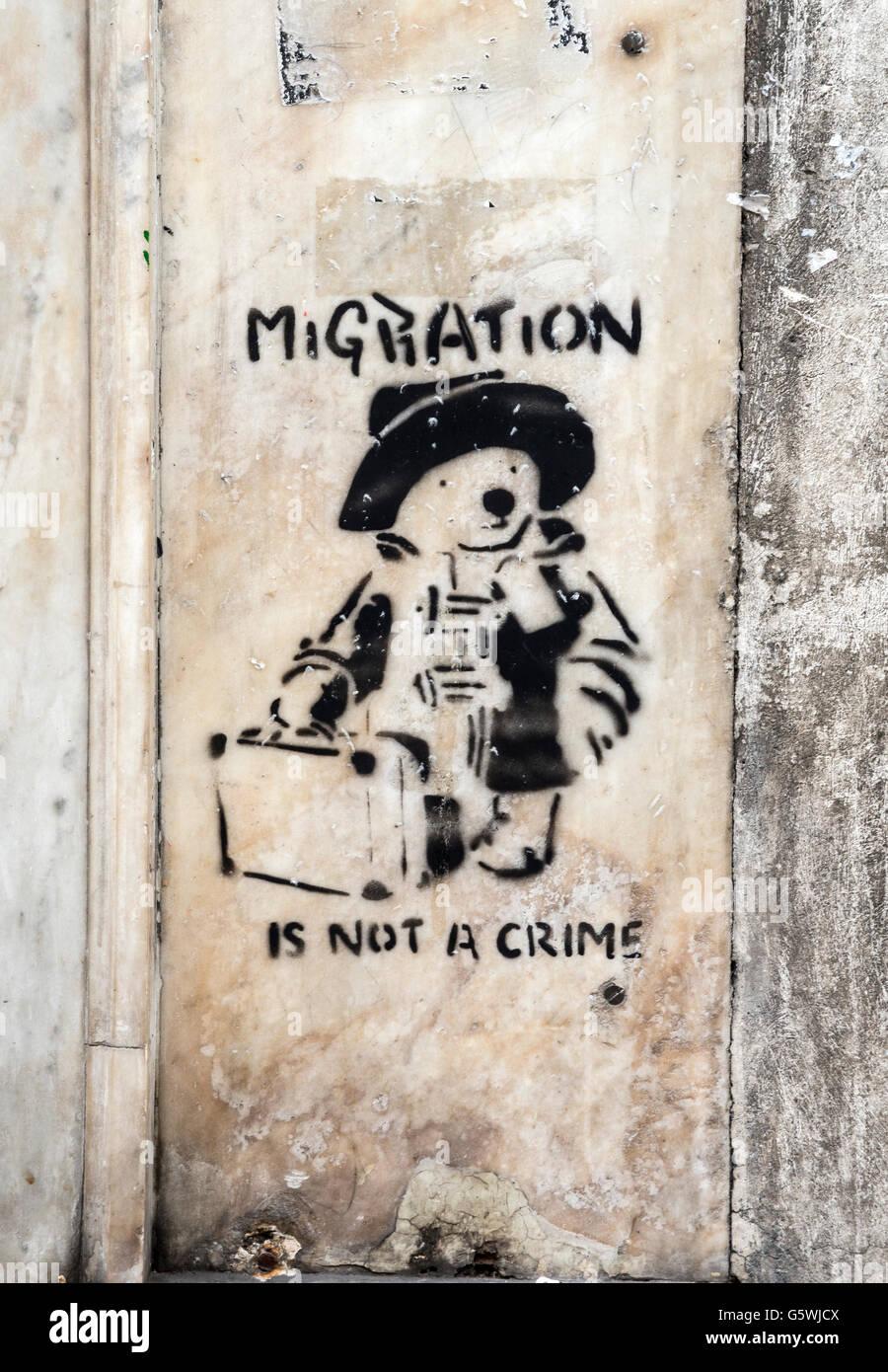 Street-Art sozialer Kommentar zur Migration im Stadtteil Psiri von zentral-Athen, Griechenland Stockbild