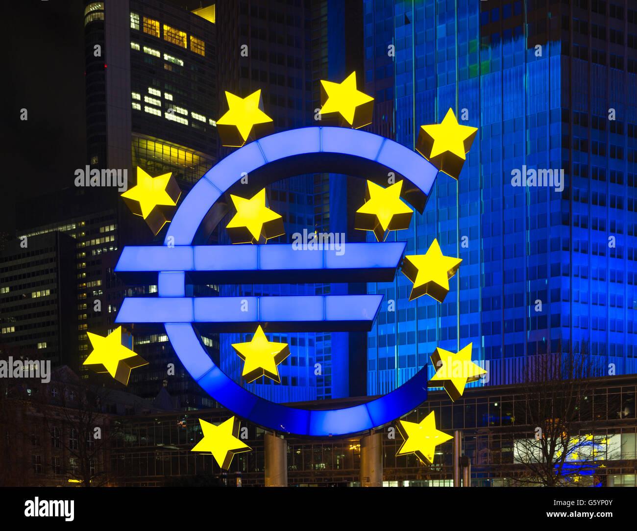 Euro-Skulptur vor Eurotower, blaue Beleuchtung, Innenstadt, Willy-Barndt-Platz, Frankfurt, Hessen, Deutschland Stockbild