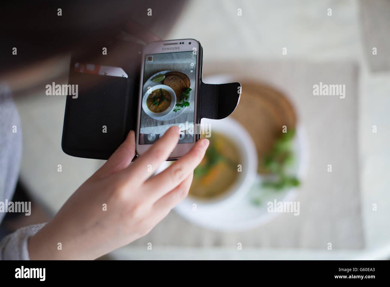 Aufnahme von Lebensmitteln mit Smartphone Stockbild