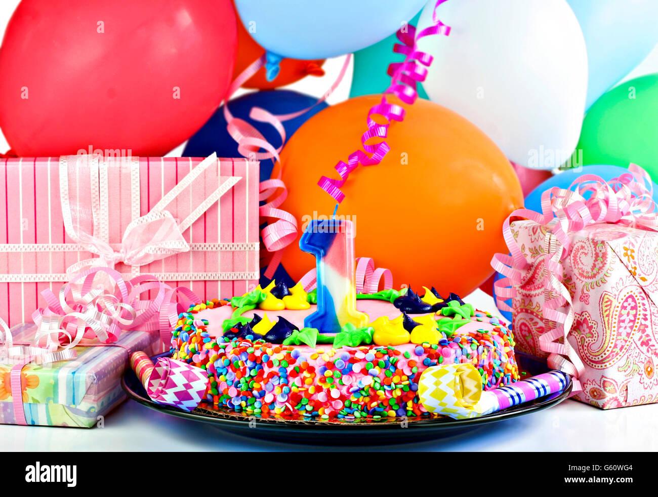 Pretty Pink Birthday Cake Mit Der Nummer 1 Kerze Kuchen Ist Durch Geschenke Party Luftballons Poppers Und Bandern Umgeben