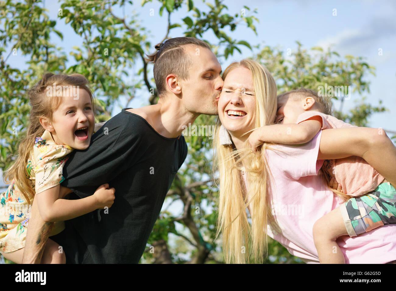 Porträt einer glücklichen Familie im freien Stockfoto
