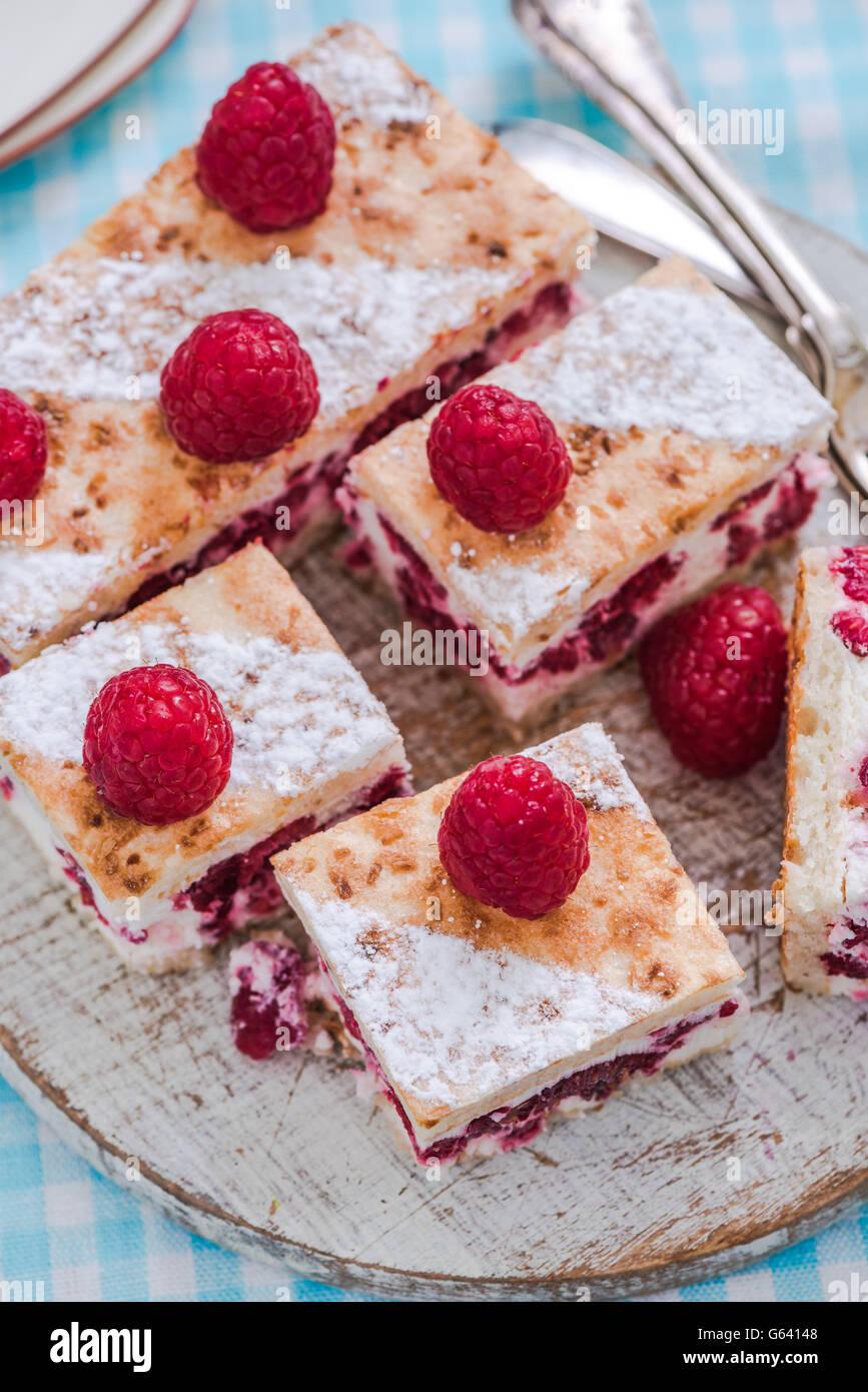 Himbeer Sommer Kuchen Mit Frischen Fruchten In Scheiben Geschnitten