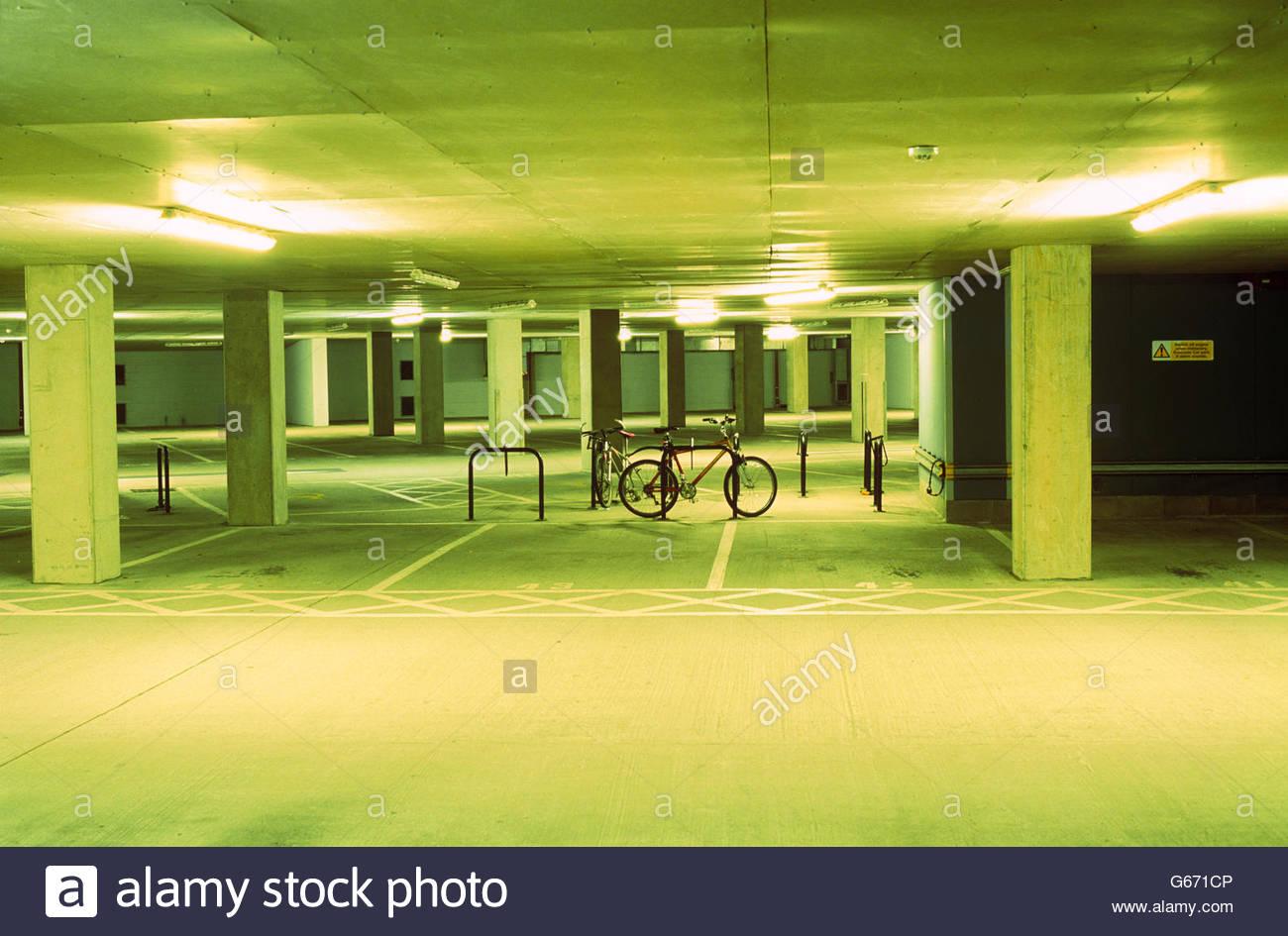 Fahrrad in grünen Parkplatz Stockbild