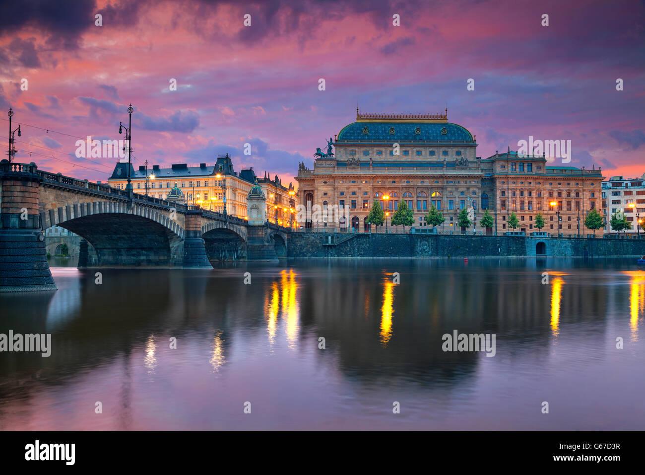 Prag. Bild von Prag am Flussufer mit Reflexion der Stadt im Fluss Vltava und Nationaltheater. Stockbild