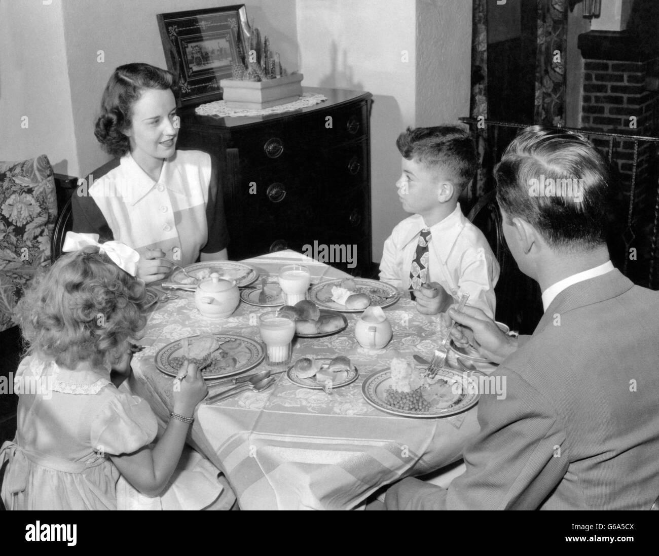 1940s 1950s familie mutter vater junge m dchen essen abendessen am esstisch stockfoto bild. Black Bedroom Furniture Sets. Home Design Ideas
