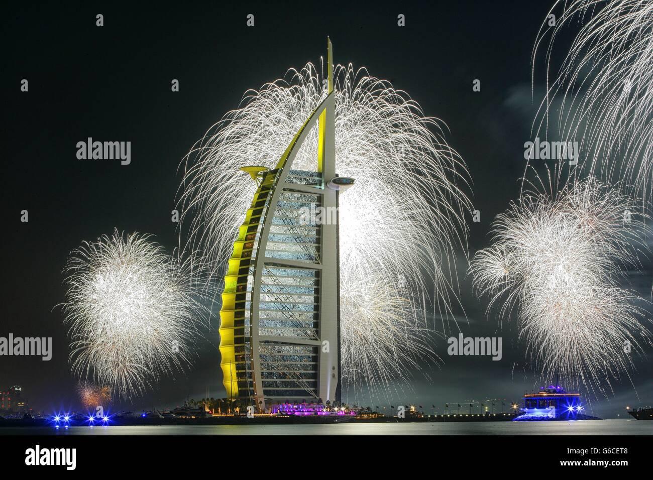 Feuerwerk am Burj Al Arab am Neujahrstag, Dubai, Vereinigte Arabische Emirate Stockbild
