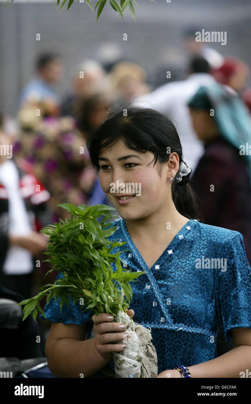 Usbekischer Frau in unverwechselbaren Usbeke Kleidung, Urgut Markt, Samarkand, Usbekistan Stockbild