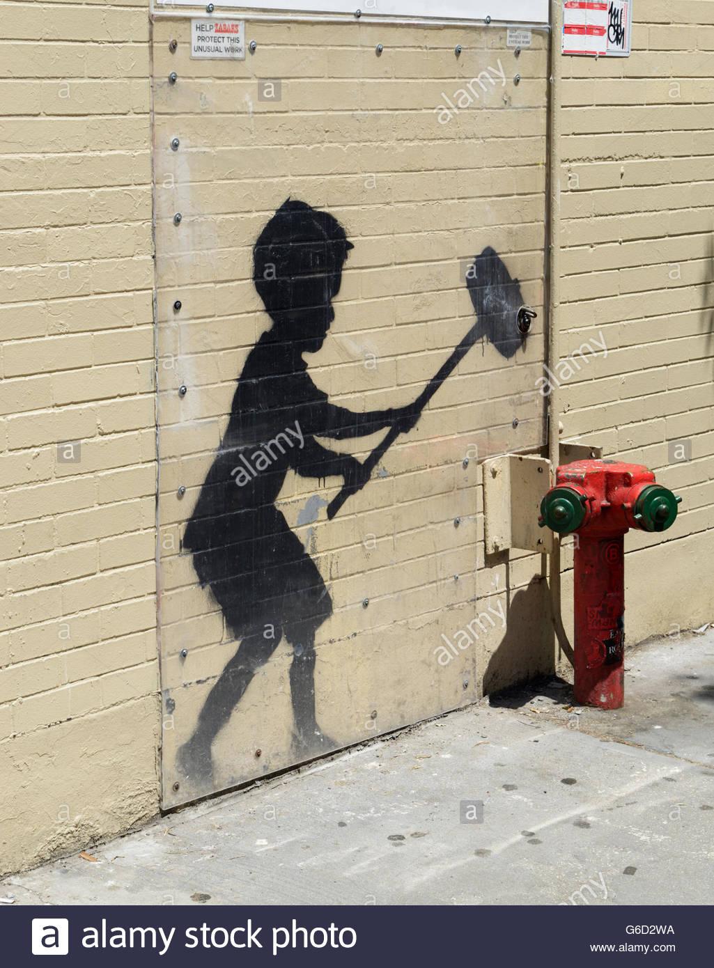 """Banksy Graffiti Streetart, """"Hammer Boy"""" auf Gehweg in NYC, geschützt durch Plexiglas Stockbild"""